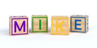 Cubes en bois d'isolement en jouet avec des lettres avec le microphone de nom Images stock