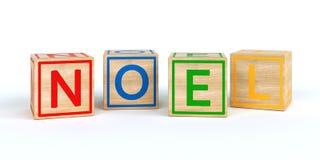 Cubes en bois d'isolement en jouet avec des lettres avec le noel de nom Photo stock