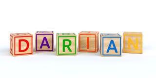 Cubes en bois d'isolement en jouet avec des lettres avec le nom darian Photo stock
