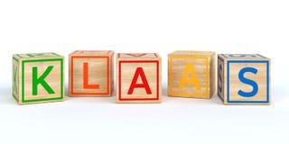 Cubes en bois d'isolement en jouet avec des lettres avec le nom Klaas Images libres de droits