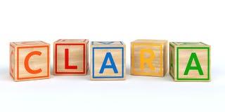 Cubes en bois d'isolement en jouet avec des lettres avec le nom Louis Image libre de droits