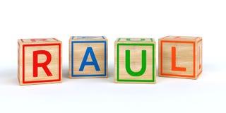 Cubes en bois d'isolement en jouet avec des lettres avec le nom Raul Images libres de droits