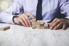 Cubes en bois en main d'homme image libre de droits