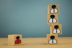 cubes en bois sous forme de patrons et de subalternes, subordination de personnel sur un fond bleu image stock