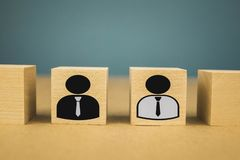 cubes en bois sous forme de patrons et de subalternes, subordination de personnel sur un fond bleu image libre de droits