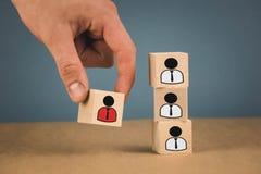 cubes en bois sous forme de patrons et de subalternes, subordination de personnel sur un fond bleu photographie stock