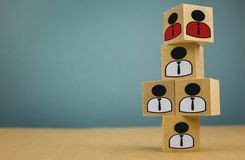 cubes en bois sous forme de patrons et de subalternes, subordination de personnel sur un fond bleu photo libre de droits