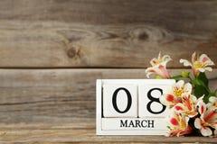 Cubes en calendrier avec des fleurs image stock