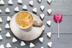 Cubes en forme de coeur en sucre de lucette de bonbons à café de tasse Image stock