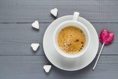 Cubes en forme de coeur en sucre de lucette de bonbons à café de tasse Images stock