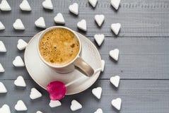 Cubes en forme de coeur en sucre de lucette de bonbons à café de tasse Images libres de droits