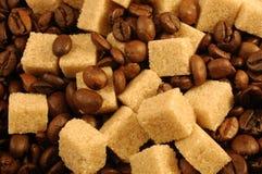 Cubes en grains de café et en sucre de Brown Images stock