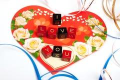 Cubes en mots au-dessus de coeur Photographie stock libre de droits
