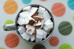 Cubes en noix de coco dans une cuvette Image stock
