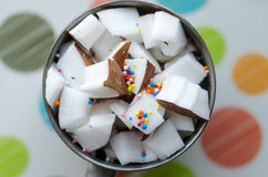 Cubes en noix de coco dans une cuvette Photographie stock