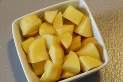 Cubes en pomme de terre dans un ramekin photo libre de droits