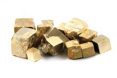 Cubes en pyrite d'isolement Image stock