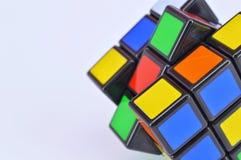 Cubes en ` s de Rubik sur le fond blanc Images stock