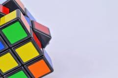 Cubes en ` s de Rubik sur le fond blanc Image stock