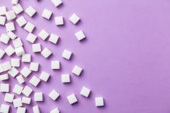 Cubes en sucre blanc sur le fond magenta Image libre de droits