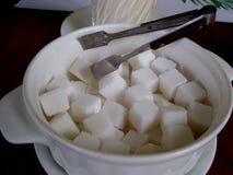 Cubes en sucre dans une cuvette blanche photographie stock libre de droits