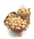 Cubes en sucre de Brown sur le blanc Photographie stock libre de droits