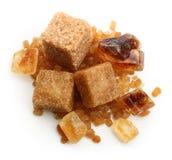 Cubes en sucre de canne de Brown et sucre caramélisé Photographie stock libre de droits