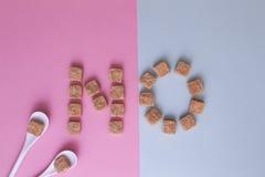 Cubes en sucre disposé comme mot AUCUN Vue supérieure Concept doux unhealty de diabet de dépendance de régime Photos libres de droits