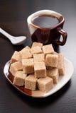 Cubes en sucre et cuvette de café Image stock