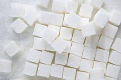 Cubes en sucre sur le fond blanc image libre de droits