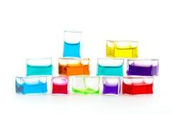 Cubes en verre remplis de liquide coloré Images libres de droits