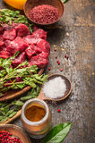 Cubes en viande crue avec des herbes et des épices Goulache faisant cuire la préparation sur le fond en bois rustique photos libres de droits
