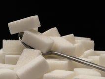Cubes et cuillère à café en sucre Photo libre de droits