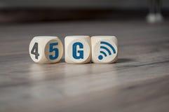 Cubes et matrices avec 4G et 5G photos stock