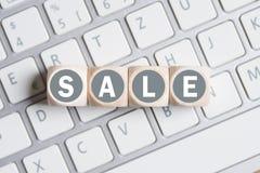 Cubes formant la vente de mot sur un clavier d'ordinateur Photo stock
