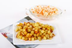 Cubes frits en pomme de terre avec le chou aigre Image stock