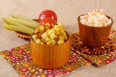 Cubes frits en pomme de terre avec le chou aigre Photographie stock