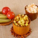 Cubes frits en pomme de terre avec le chou aigre Photographie stock libre de droits