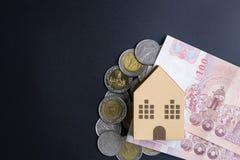 Cubes modèles architecturaux à la maison en boîte de papier, billets de banque Thaïlande et Images libres de droits