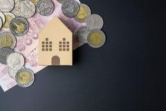 Cubes modèles architecturaux à la maison en boîte de papier, billets de banque Thaïlande et Photographie stock libre de droits