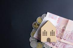 Cubes modèles architecturaux à la maison en boîte de papier, billets de banque Thaïlande et Image libre de droits