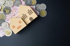 Cubes modèles architecturaux à la maison en boîte de papier, billets de banque Thaïlande et Photo stock