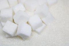 Cubes purs en sucre raffiné et en sucre Ingrédient de nourriture doux, le d photo libre de droits