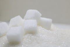 Cubes purs en sucre raffiné et en sucre Ingrédient de nourriture doux, le d images stock