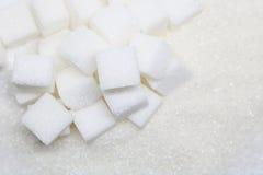 Cubes purs en sucre raffiné et en sucre Ingrédient de nourriture doux, le d photographie stock libre de droits