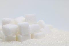 Cubes purs en sucre raffiné et en sucre Ingrédient de nourriture doux, le d photos libres de droits
