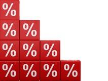 cubes rouges en remise 3d Concept de vente - main avec la loupe Images libres de droits