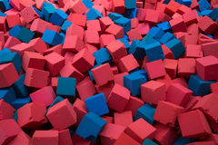 Cubes rouges et bleus en éponge Photos stock