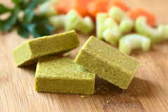 Cubes végétaux en bouillon, en bouillon ou en bouillon photo stock