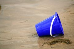 Cubeta azul da areia imagens de stock